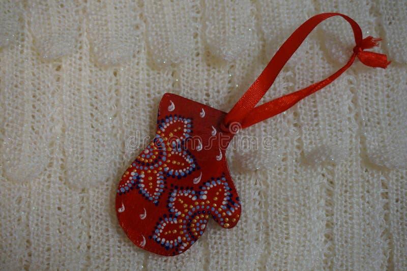 Guanto di legno del giocattolo di natale rosso su un fondo bianco fotografia stock libera da diritti