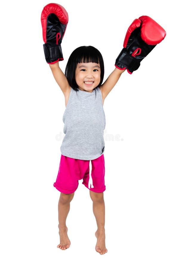 Guantone da pugile d'uso della piccola ragazza cinese asiatica fotografia stock libera da diritti