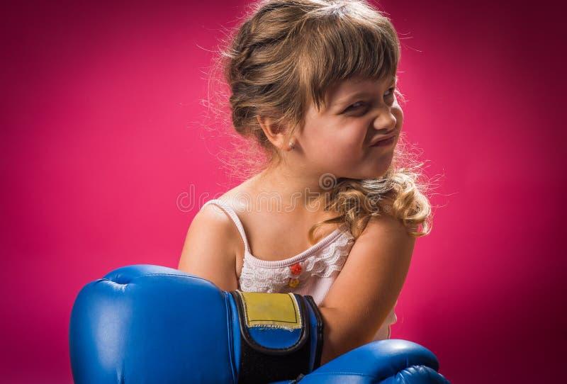 Guantoni da pugile d'uso della bambina fotografia stock libera da diritti