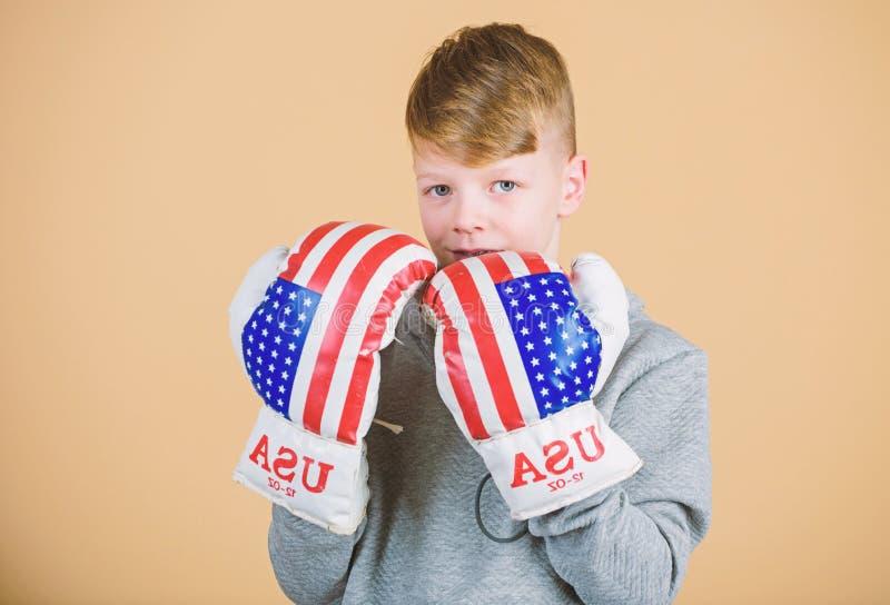 Guantoni da pugile di usura dello sportivo del ragazzo con la bandiera degli S.U.A. Inizi ad inscatolare la carriera Concetto ame immagine stock
