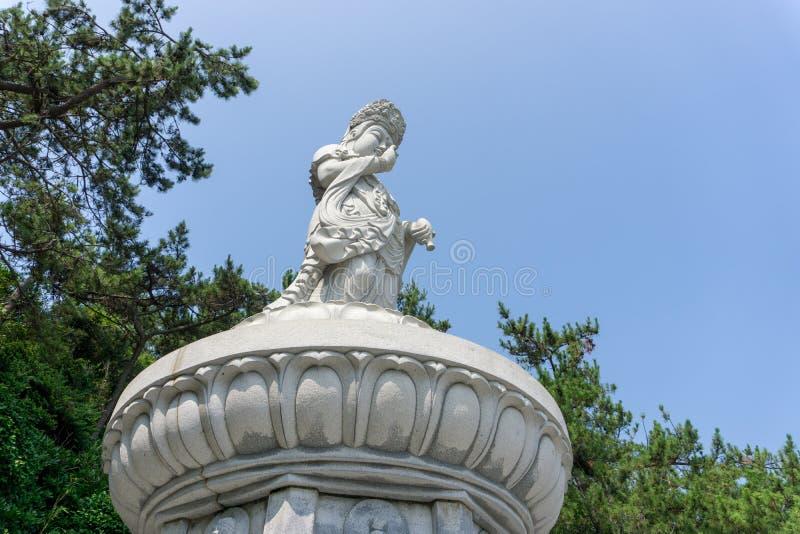 Guanyin eller Guan Yin Goddess av den vita stenstatyn för förskoning på ten royaltyfri bild