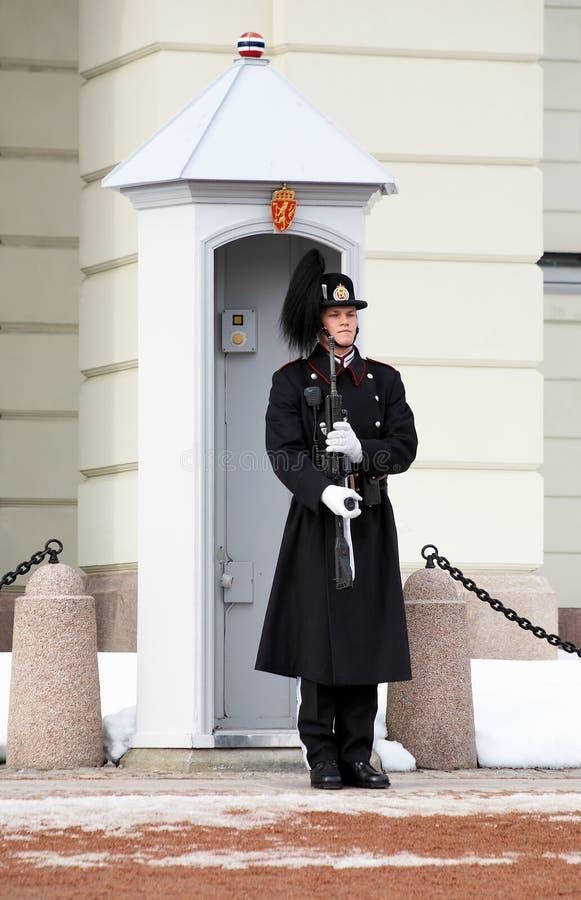 guard nära norsk oslo slottkunglig person arkivbilder