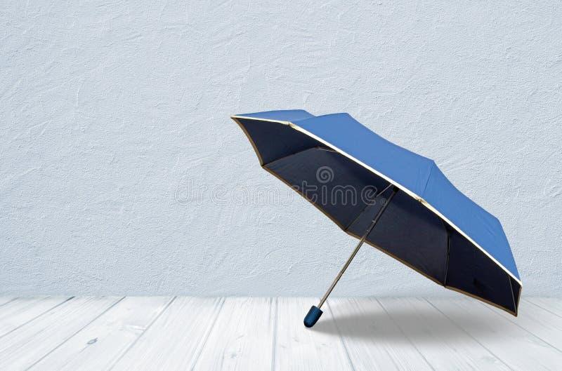 Guarda-chuva azul no assoalho de madeira, sala vazia imagem de stock royalty free