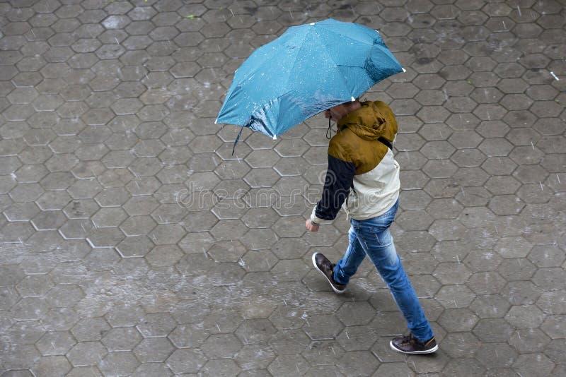 Guarda-chuva chuvoso do tempo imagem de stock royalty free