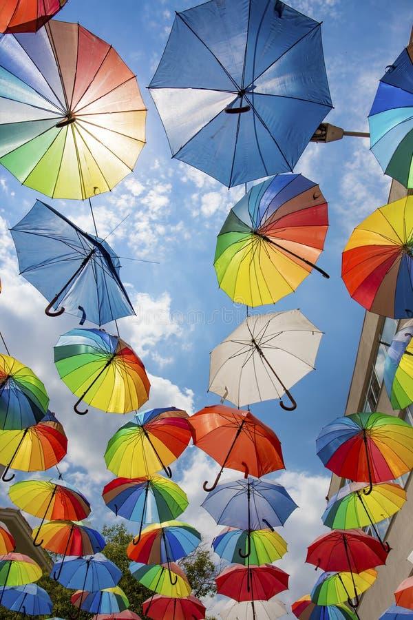 Guarda-chuva colorido e c?u azul Manisa/Turquia imagem de stock royalty free