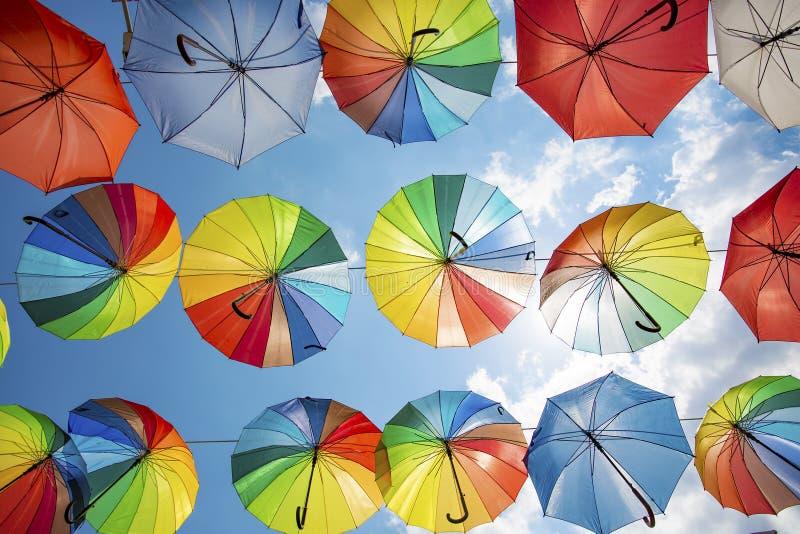 Guarda-chuva colorido e c?u azul Manisa/Turquia fotos de stock