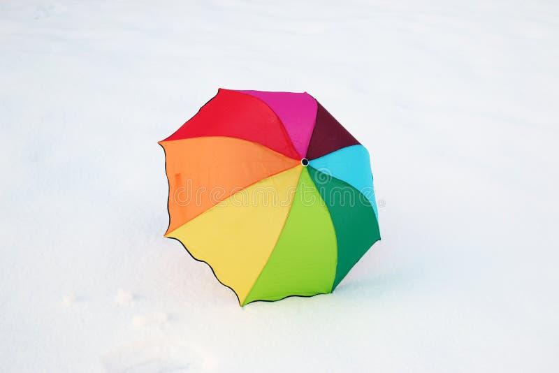 Guarda-chuva colorido na neve fotos de stock