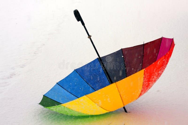 Guarda-chuva colorido na neve imagens de stock