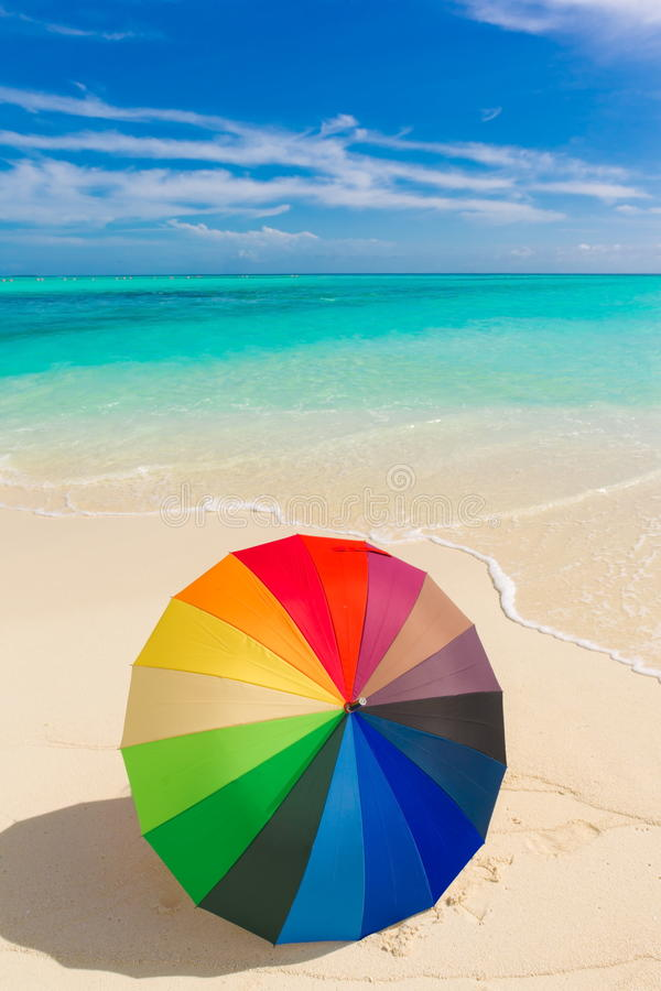 Guarda-chuva colorido na praia fotos de stock royalty free