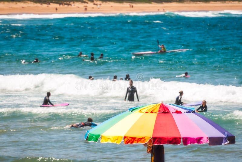 Guarda-chuva colorido na praia de Avoca, Austrália imagens de stock royalty free