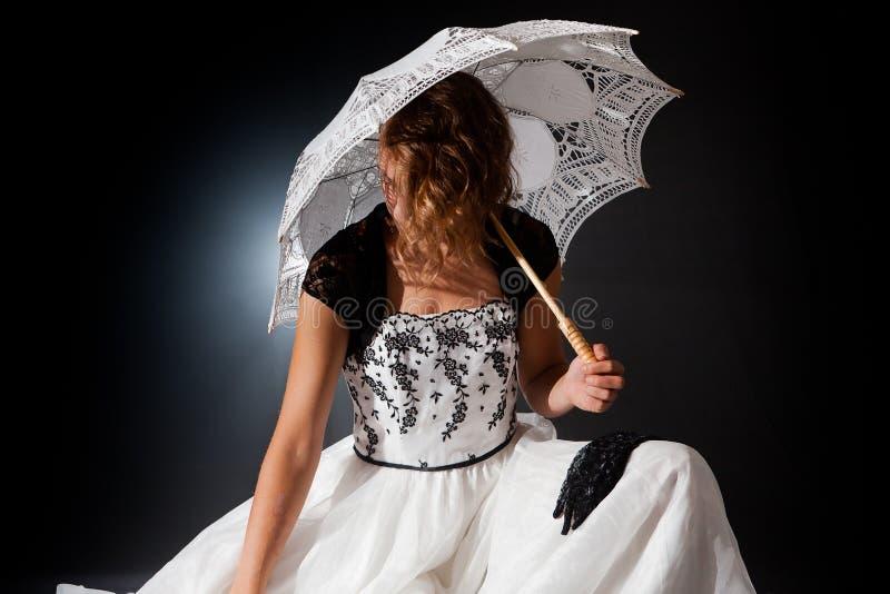 Guarda-chuva de assento da mulher ramantic vitoriano do conto de fadas fotografia de stock royalty free