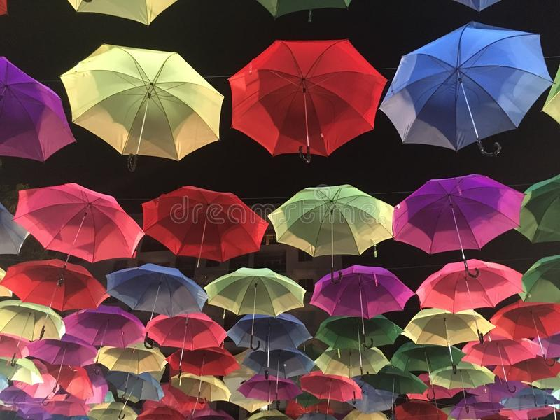 Guarda-chuva de Colorfull no céu foto de stock royalty free