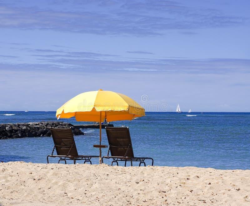 Guarda-chuva de praia amarelo fotografia de stock