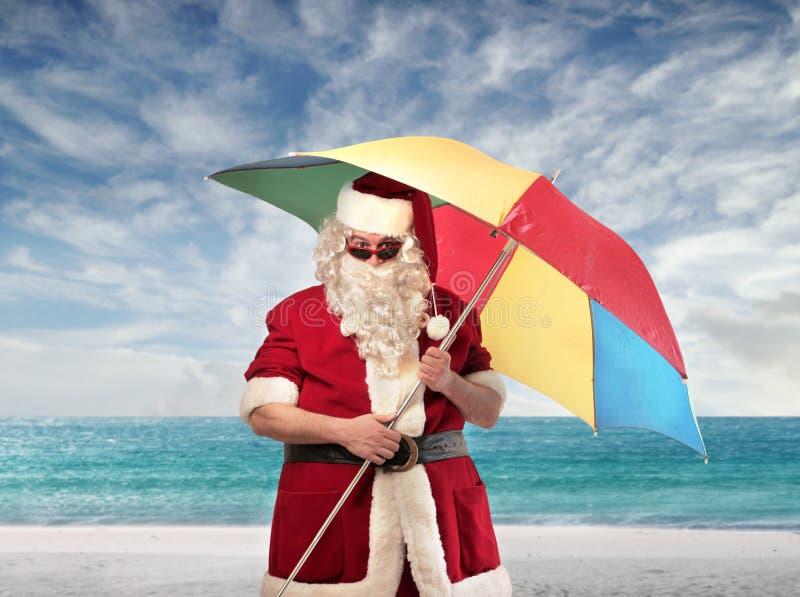 Guarda-chuva de praia de Papai Noel fotografia de stock