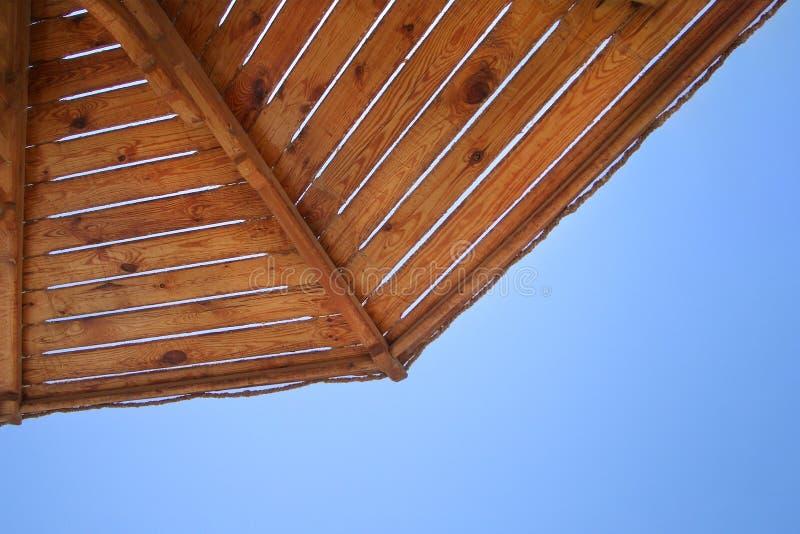 Guarda-chuva de praia em um dia ensolarado, mar no fundo Close-up do guarda-chuva de praia Gaivota subindo Praia tropical idílico fotos de stock