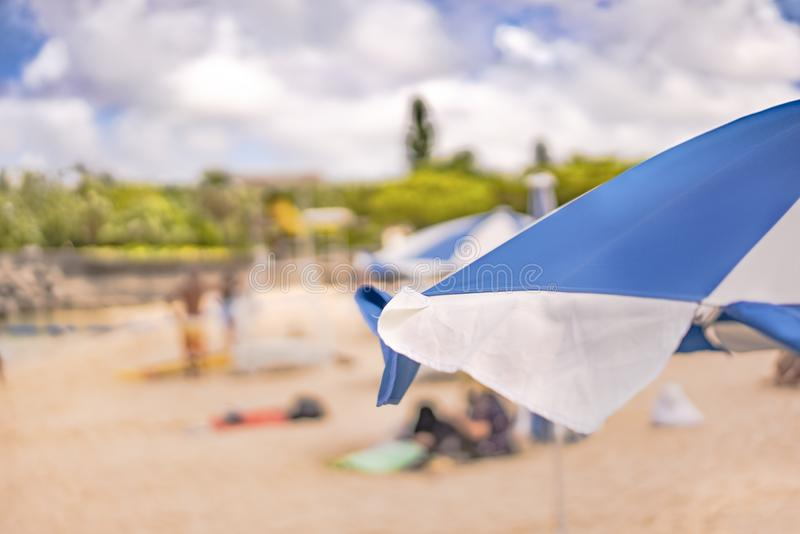 Guarda-chuva de praia no Sandy Beach Naminoue em Naha City em Okinawa Prefecture, Japão fotos de stock