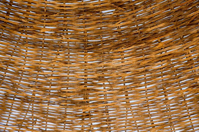 Guarda-chuva de praia de vime do telhado A textura dos galhos de vime atrav?s de que voc? pode ver o c?u azul Cor de Brown Fundo  imagens de stock royalty free
