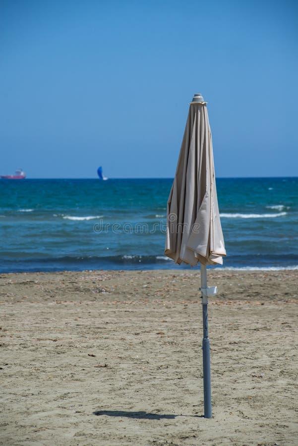 Guarda-chuva de Sun, n?o aberto, com c?u azul fotografia de stock