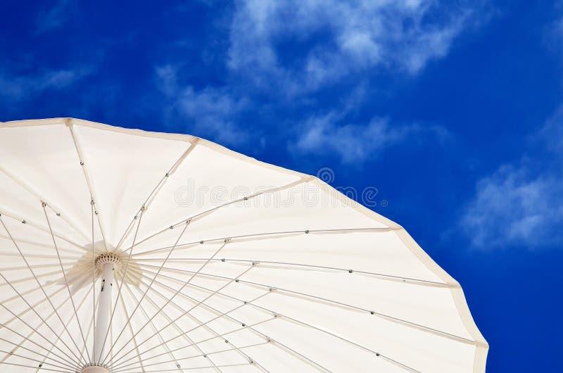 Guarda-chuva de Sun na praia contra o céu azul com nuvens fotos de stock