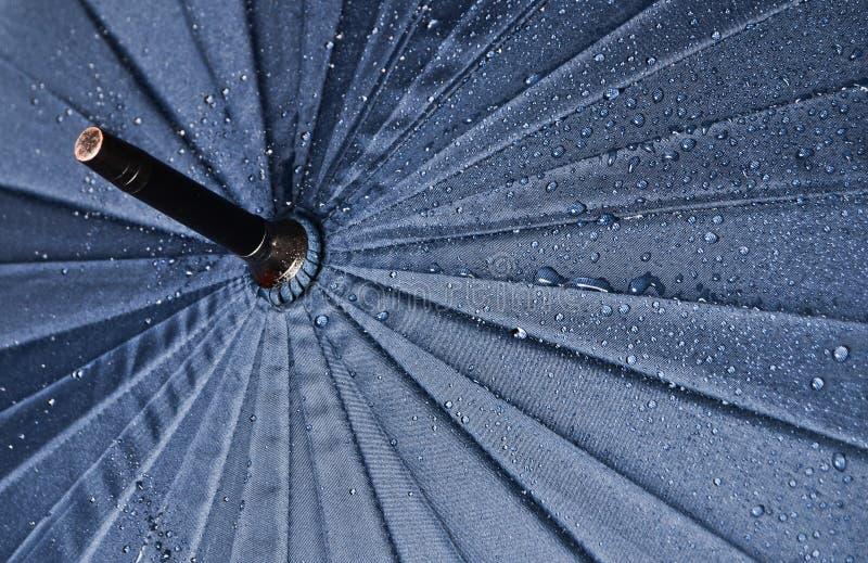 Guarda-chuva em gotas da água imagens de stock