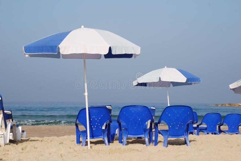 Guarda-chuva na areia no beira-mar imagem de stock