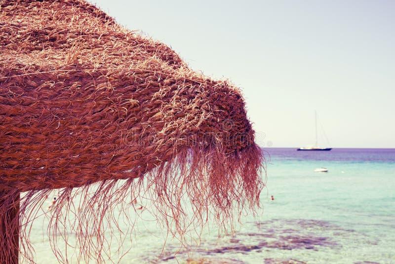 Guarda-chuva na praia em Ibiza, Espanha, com um efeito retro imagens de stock