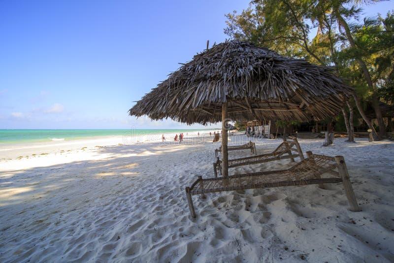 Guarda-chuva na praia tropical impressionante imagem de stock
