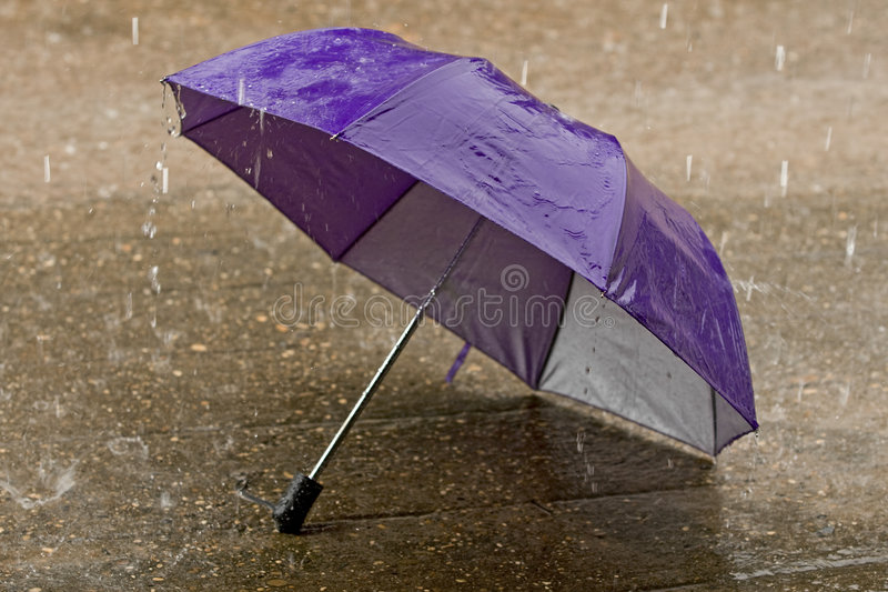 Guarda-chuva no tempo chuvoso intenso foto de stock royalty free