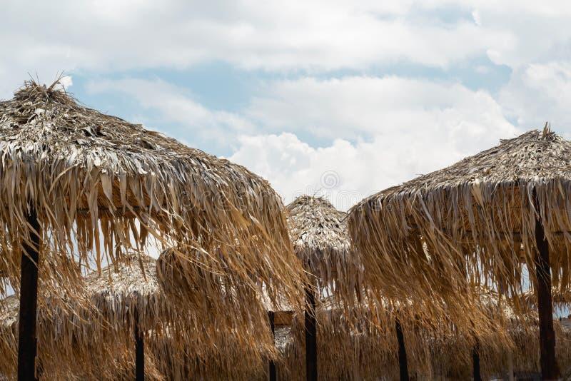 Guarda-chuva ou parasóis de praia feito do junco Material natural Summe foto de stock