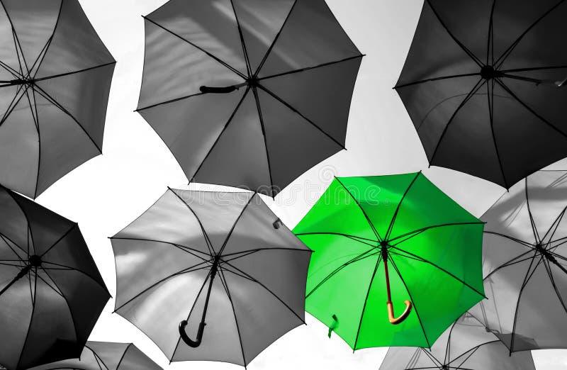 Guarda-chuva que está para fora da multidão original foto de stock royalty free