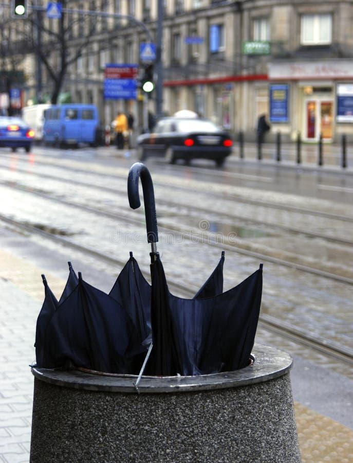 Guarda-chuva rejeitado na rua fotografia de stock