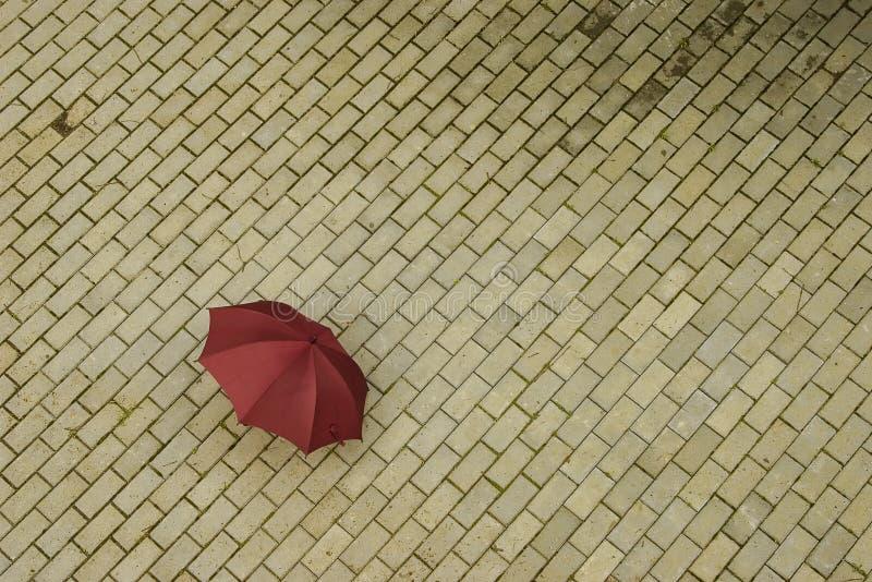 Guarda-chuva vermelho abandonado fotos de stock royalty free