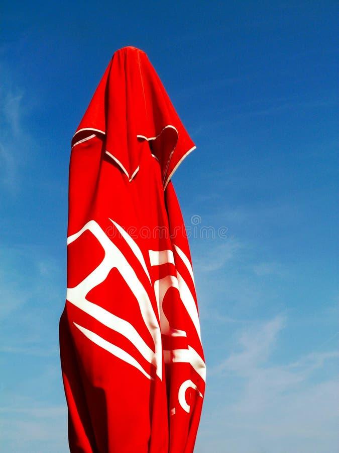 Guarda-chuva vermelho do para-sol em um dia de verão ensolarado foto de stock
