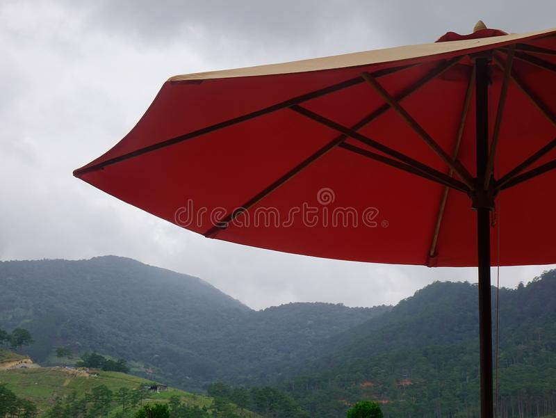 Guarda-chuva vermelho na cafetaria exterior imagens de stock