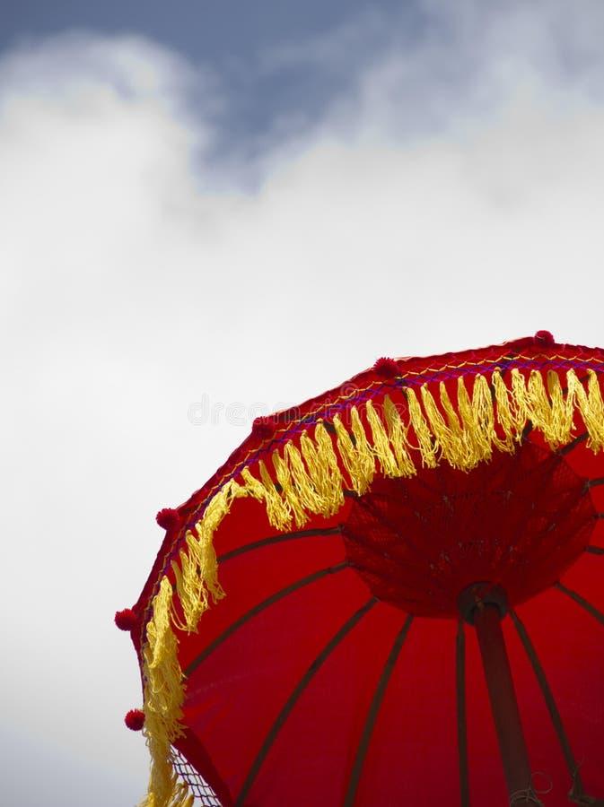 Guarda-chuva vermelho sob o céu azul imagens de stock royalty free
