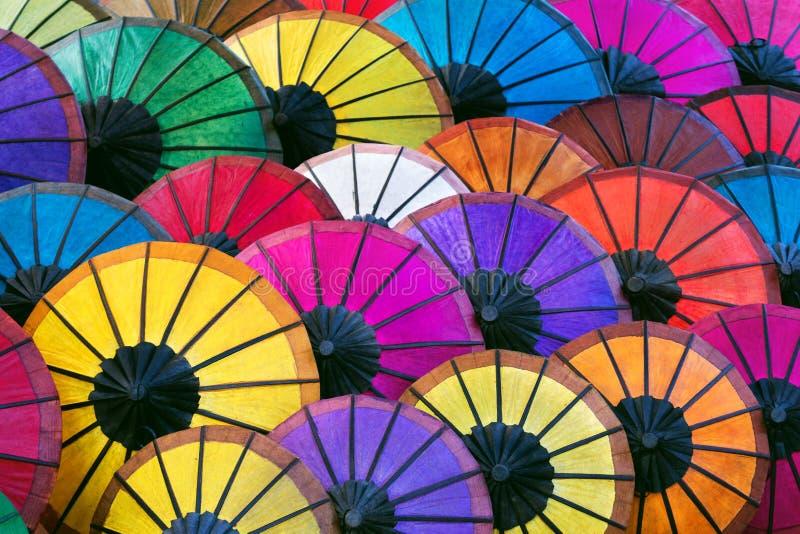 Guarda-chuvas asiáticos coloridos no mercado da noite em Luang Prabang, Laos fotos de stock