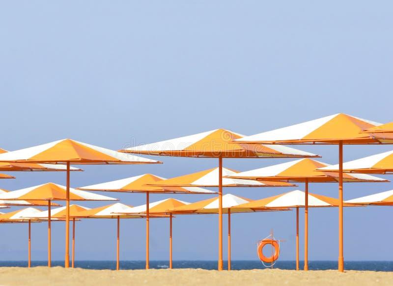 Guarda-chuvas coloridos na praia imagens de stock royalty free