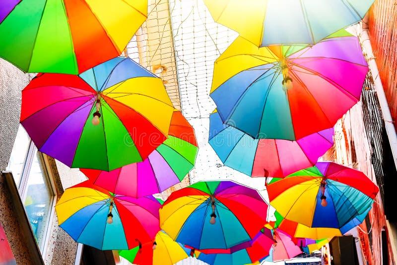 Guarda-chuvas coloridos na rua no distrito de Karakoy em Istambul, Turquia Dia ensolarado do verão foto de stock