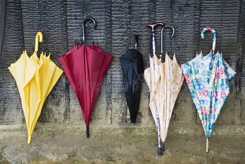 Guarda-chuvas coloridos que inclinam-se contra uma parede foto de stock royalty free