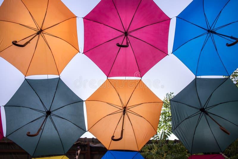 Guarda-chuvas coloridos que protegem do sol foto de stock royalty free