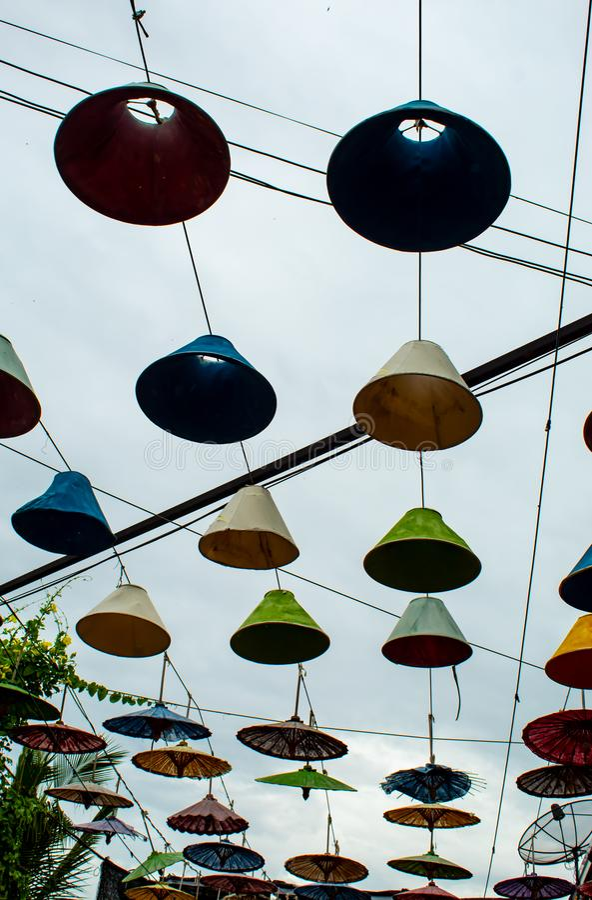 Guarda-chuvas coloridos usados como um fundo imagens de stock
