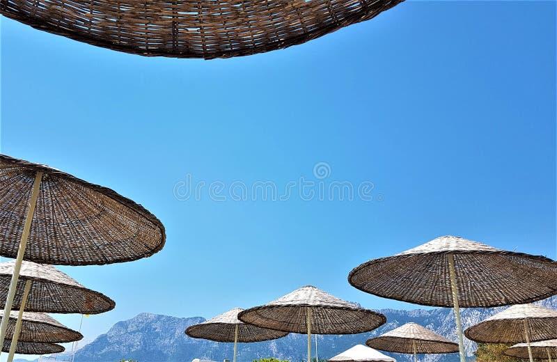 Guarda-chuvas da palha da praia no mar Mediterrâneo em Kemer, Turquia fotografia de stock royalty free