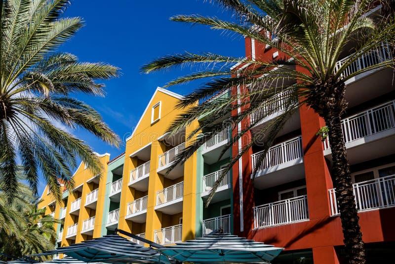 Guarda-chuvas das palmeiras e condomínios coloridos foto de stock royalty free