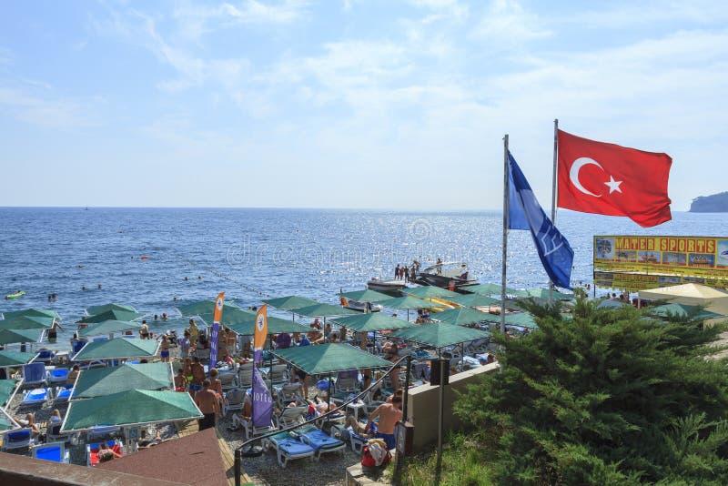 Guarda-chuvas de praia e bandeira turca no recurso em Kemer foto de stock royalty free