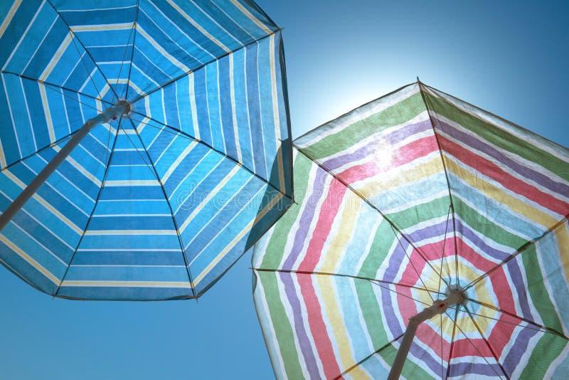 Guarda-chuvas de praia em um céu azul foto de stock royalty free