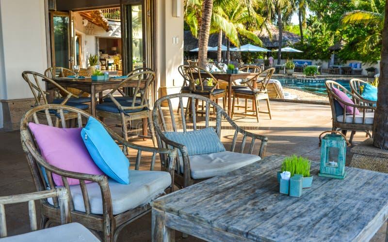 Guarda-chuvas e cadeiras no jardim exterior fotos de stock royalty free