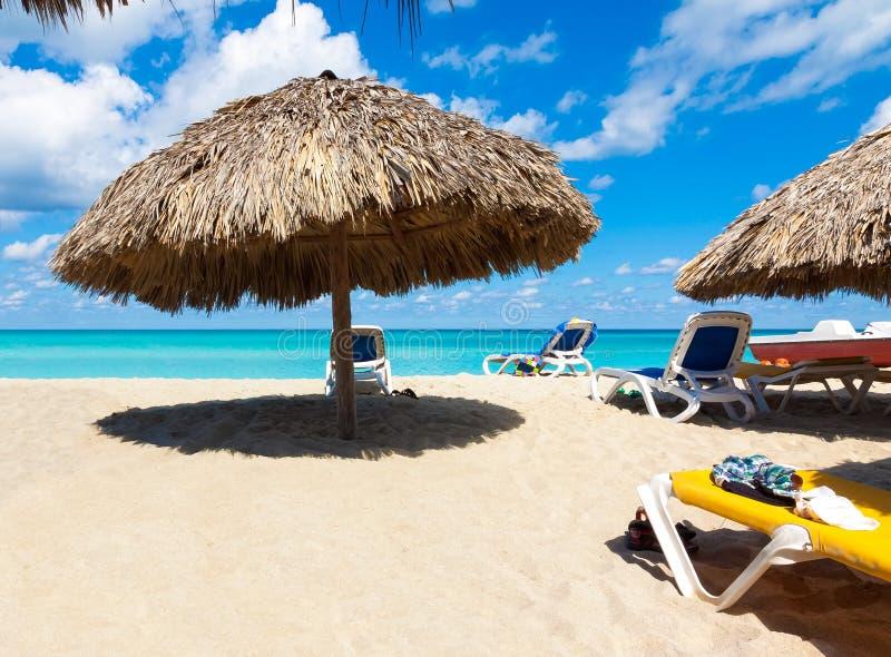 Guarda-chuvas e camas na praia cubana de Varadero imagens de stock