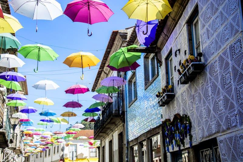 Guarda-chuvas em Vila Nova de Cerveira, Portugal foto de stock royalty free