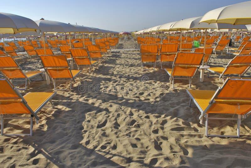 Guarda-chuvas na praia imagens de stock