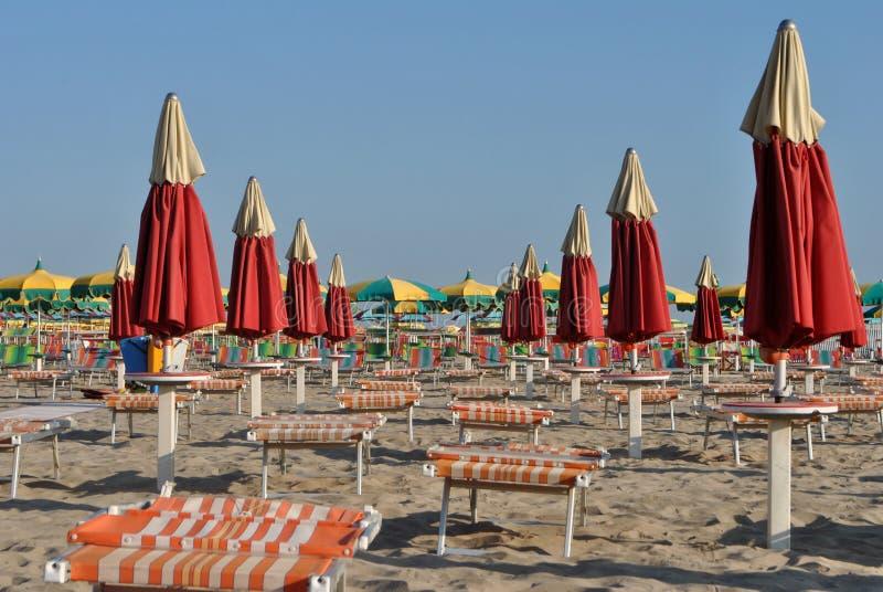 Guarda-chuvas na praia fotos de stock
